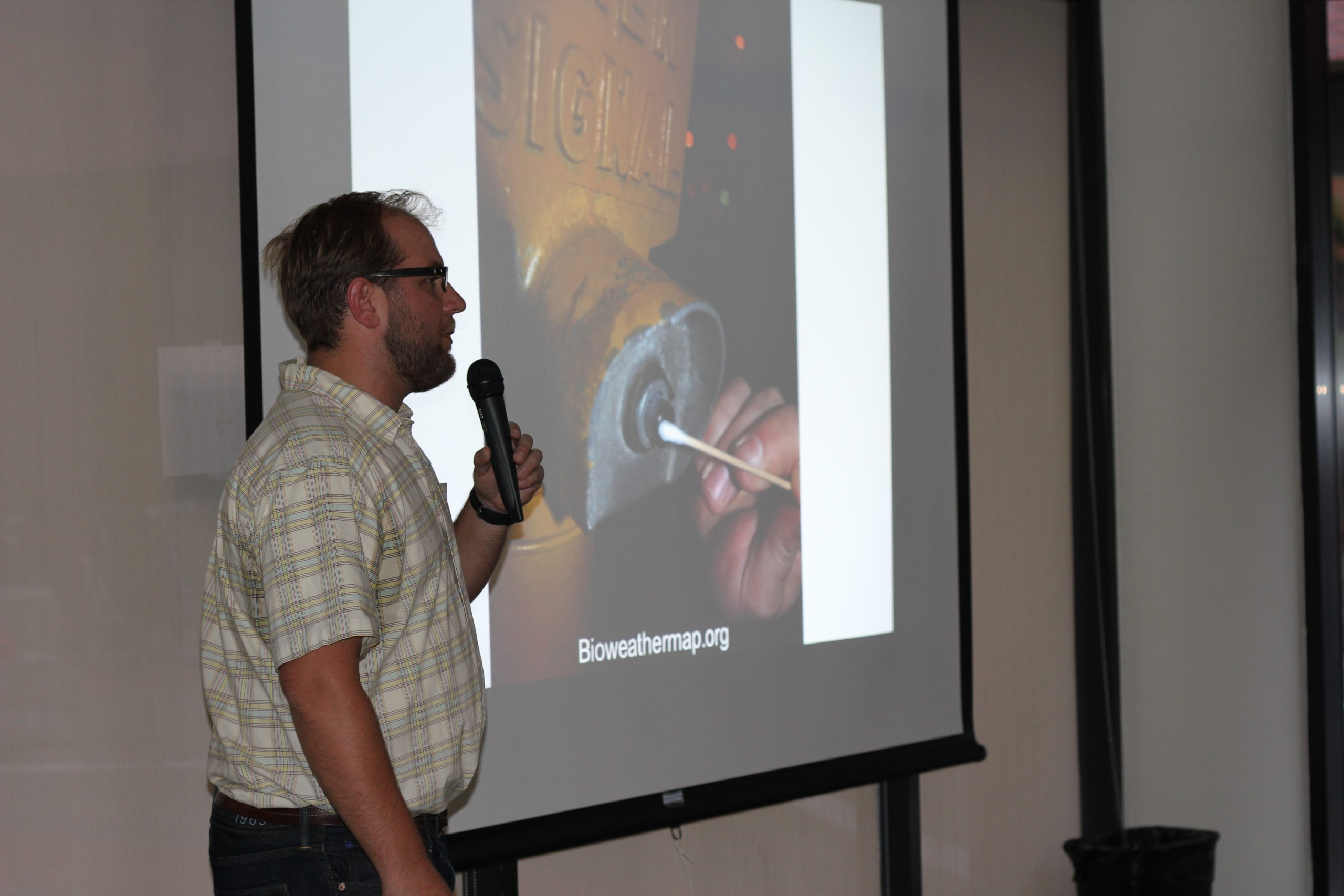 Jason Bobe explains his project Bioweathermap.org to the crowd at #SciBarSpace
